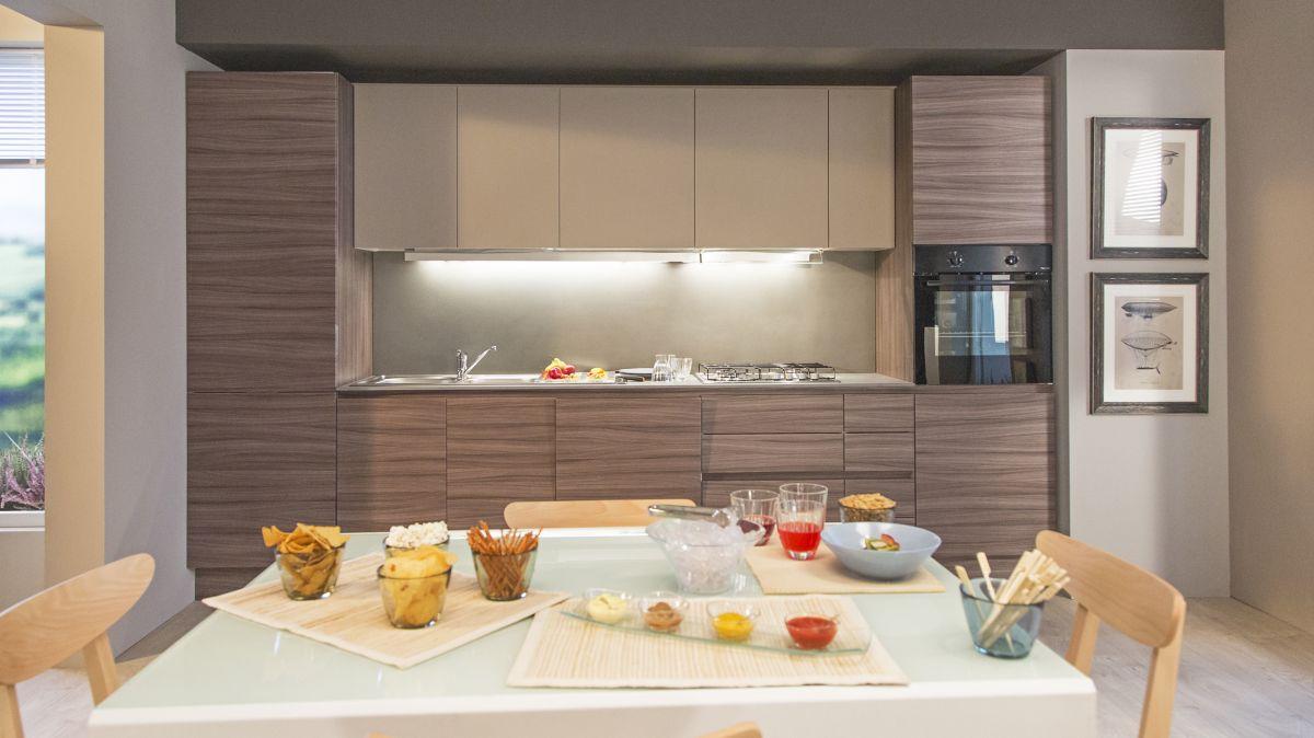 cucina in larice brown e bianco opaco